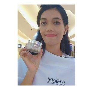 Aku berkesempatan untuk mencoba produk andalan @cliniqueindonesia di @kotakasablanka Aku pakai rangkaian mulai Dari membersihkan wajah, pelembab sampai ke make up. Semua nya clinically produk yang Aman Dan ringan karena no alcohol jadi tidak berbau.  Aku Suka sama semua rangkaiannya terutama yang gel karena cocok untuk jenis kulit Aku yang kering. . . Selengkapnya di blog aku ya guys .. 😀 . . . #cream #skincare #treatment #ddhd #serum #toner #eyecream #cosmetics lipstick #gel #lotion #oil #waterbased . . #clozetteID  #clozettepotw