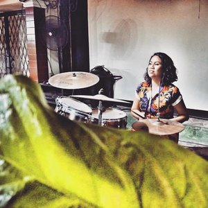When your drummer bothers are busy with their babies, but the family are jammin non stop.... pegelllllll. 😂😂😂 . . 👗: @rzupgaragesale . . #makeup  #vintage #indonesianvintage #vintagemakeup #asianpinupgirl #pinup #pinupmakeup #vintageblogger #vintagelifestyle #blogger #beautyblogger #beautybloggerindonesia #vintageootd #clozette #clozetteid