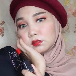 Akhir-akhir ini aku lagi suka banget nih pakai lipstick glossy dan favoritku adalah @shuuemura Rouge Unlimited Lipstick shadenya RD 163 ❤️ warna merahnya aku banget! Wajahku keliatan jadi lebih cerah dan fresh 😍.Aku paling suka sama finishnya yang satin, karna bibirku jadi keliatan lebih juicy dan berkilau 👄 Teksturnya creamy banget, pigmented, ringan dan lembut ketika diaplikasikan dibibir! Loved it~ #shuuemuraid #amplified #rougeunlimited #shuuemura #shuartistry