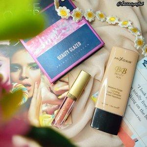 """Ratjun again from @mixdair_indonesia 😍 Dari sekian banyak produk Mixdair yang aku punya .. favoritku adalah 3 product ini.❤️Mixdair BB Beauty Skin : Teksturnya ringan, gampang diblend dengan coverage yang medium .. warnanya pas dikulitku dan lumayan tahan lama juga, gak bikin kulitku makin berminyak❤️Mixdair Matte Lipgloss : Idk kenapa dinamanya ada embel-embel lipgloss, padahal hasilnya sama sekali gak glossy 😅 jadi finishnya matte dan aku lumayan suka sama teksturnya yang ringan, gak lengket dan tahan lama❤️Beauty Glazed """"Jupiter"""" Eyeshadow : sebenarnya ini bukan brand Mixdair sih, tapi kalian juga bisa beli eyeshadow palette ini di official store mixdair.And yes! 10.10 Brand Festival is coming soon .. Jangan lupa besok guys! Belanja di official store @mixdair_indonesia @mixdaircosmeticstore di #shopee Banyak diskon dan free gift juga loh yuhuuu~.Buat kalian yang blm tau, Mixdair ini dari Cina, kayak fclure atau otwo gitu 😉 Belum ada lisensi keamanan yang pasti, tapi aku sudah pakai produk ini berbulan-bulan lamanya dan sejauh ini tidak ada efek negatif dikulitku 😊 bisa kalian cek di ➡️ #anisaxmixdair 👄"""