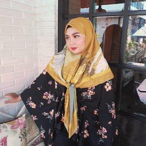 Wearing Khinara Scarf by @kiabyzaskiasungkar 💕 Jarang-jarang kan liat aku pakai hijab model begini ~~ Gimana, cocok gak? 😁.Suka banget sama scarf ini, Kainnya adem dan motifnya itu cantik banget 😍 Btw ini aku dikirimin sama kak @shireensungkar loh .. Happy banget! Thankyouu ❤❤....#kiabyzaskiasungkar #wearingKIA #hijabstyle #hijabersindonesia #jilbabsegitiga #ootd #ootdhijab#tipskecantikan #belajarmakeup #makeupnatural #kecantikan #inspirasicantikmu #makeupoftheday #tampilcantik  #makassarbeautygram #beautyinfluencermakassar #beautybloggermakassar  #makassarbeauty #clozetteid