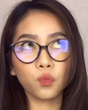 Disaat orang-orang bikin ini cutie face, and me lyke...... this😂Eyewear from @25flicks Cocok gak pake frame cat eye gini???.....#makeupnatural #makeupkencan #makeupmalamminggu #makeupideas #tampilcantik #tutorialmakeup #ragamkecantikan #clozetteid #indovidgram #cchannelbeauty #cchannelfellas #indobeautysquad #jakartabeautyblogger #beautybloggerindonesia #tiktokmakeup #makeuptutorialindo #indobeautyvlogger @cchannel_beauty_id @1minutemakeup @ragam_kecantikan @zonacantikwanita @tutorialmakeup_id @wakeupandmakeup @meriaswajah