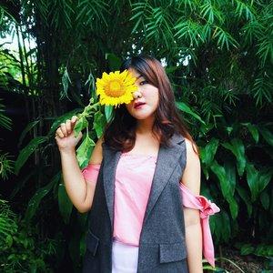 Sun flower . . . . . . . . #clozetteid #ootdstyle #sunflower  #topshopstyle #freepeople #fpme #fpmovement #wiw #igfashion #aboutalook #ootd #stylegram #ootdmagazine #styleinspo #styleblogger #bloggerstyle #outfitinspo #richmondblogger  #rvafashion #rvastyle #discoverunder5k #vablogger #fallstyle #fallfashion