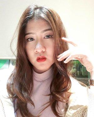 Cara selfie agar terlihat wajah sperti tirus [1] Rambut dibiarkan terurai dan style rambut messy walaupun berantakan namun natural [2] Fokusnya eyes ke arah kamera [3] Buatkan seolah-olah eyes connection berbicara[4] Jgn lupa mainkan mimik wajah serta body untuk berekpresi lebih manja[5] Tumbuhkan Rasa Percaya Diri Tinggi bak Seorang Model Internasional ^HAHAHA^ kl saya sudah pede dari dulu karena terlahir cantik *WKWKWK* ^_^..Lipgloss by : @Shuuemura #Shuuemuraid [ Sekian ].........#clozetteid #selfie  #selfie#맞팔 #맞팔해요 #맞팔환영 #선팔 #선팔하면맞팔 #선팔맞팔 #선팔환영 #팔로우 #follow4follow #follow #followme #ootd #instaphoto #instalike #instapic #instagood #instagram #instalife #l4l #like4follow #셀카 #셀스타그램 #셀피 #selca #selfie #selfies #술스타그램