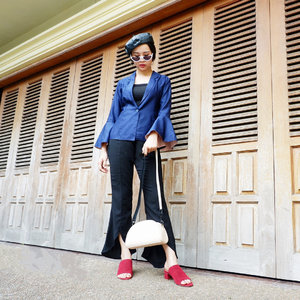 Wanna get this look? Blue navy blazer with slit long black trousers for your semi formal look, but keep it simple and easy with this Alora mules in maroon. And yeah ! Don't ever forget to bring your fav bag, great bag for great person ! all from @amazara.id 💖 Check @Berrybenka for my total look, and get yours soon !  #AmazaraXBerrybenkaXJustephanielee #styleinspo #fashionblogger  #indonesiafashionblogger #clozette #clozetteid . . . . . #positivevibes #goodvibes #love#lookbook #ootd #holiday#staycation #travelling#travelphotography #style#fashiondesigner#fashionstylistindonesia#fashionblogger #fashionista#fashionstylist #travelblogger#traveller #lifestyleblogger #jakarta#indonesia #indonesianblogger#blogger #summer #photography#photooftheday