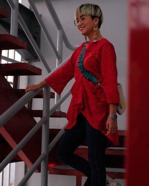 Hei yang baju merah, Jangan sampai lolos Hai si bibir merah, Bikin hati jadi mencelos . . . 📷 @ulie #stylieandfoodie #livelovelifelaughlust #blogger #bloggerceria #tetapsemangat #366post2020 #ootd #clozetteid #stylie #therealoutfitgram #styledaily #dailystyles #streetstyle #realoutfitgram #thestreetograph #looksootd #lookbookindonesia #fashionblogger #styleblogger #style #fashion #fashionbloggerindonesia #jakarta #bali