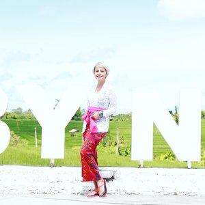 Gimana, udah cocok jadi cewek Bali belom? . Ini pertama kalinya ikut upacara Bali bernama Melaspas. Semacam selamatan dan syukuran untuk memulai hal baru . Semoga doa baik ini membawa berkah dan kebaikan untuk seterusnya yaaaa. Amin! . . 📷 @davidsaruntu #stylieandfoodie #livelovelifelaughlust #blogger #bloggerceria #tetapsemangat #366post2020 #ootd #clozetteid #stylie #therealoutfitgram #styledaily #dailystyles #streetstyle #realoutfitgram #thestreetograph #looksootd #lookbookindonesia #fashionblogger #styleblogger #style #fashion #fashionbloggerindonesia #jakarta #bali #kebaya #locobynature