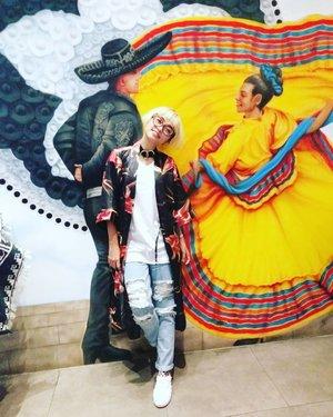 Oh la laaaaa . #stylieandfoodie #livelovelifelaughlust #ootd #clozetteid #stylie #therealoutfitgram #styledaily #dailystyles #streetstyle #blogger #bloggerceria #tetapsemangat #365post2017 #realoutfitgram #whiteteesproject #denim #print #kimono #whiteshoes #shoes