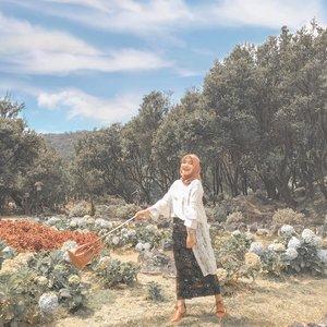 Aku doang kayaknya ke papandayan pake rok sama heels 😌 #clozetteid . . 👞 @adorableprojects beli pas sale cuma Rp 22.000,- 🤣 #depinapejuangsale 👜 @brunbrun_paris hadiah ulang tahun dari calon kaka iparkuuuu ibu periii @lannybetty 😘😘😘 🧕🏻@farizaa.co instan hijab Zhifara, paling nyaman paling adem mau dipake ke gunung lagi panas juga 🥰 📷 by camitut @muhfhmi 🥰