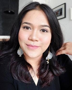15 mins make up! .🌟Face: Foundation: @marcjacobsbeauty re(marc)able foundation no 32Powder: @rcma no-color powder🌟Eyes:Eyebrow: KA- Brow - @benefitindonesiaEyeliner : Define - @lavielash🌟Highlighter: Mary Lou @thebalmid🌟Blush On : Love Hangover - @Toofaced🌟Bronzer : Hoola - @benefitindonesia🌟Lips: Jordana - Shade Rose Macaroon.#clozetteid #sociollablogger #bloggermafia #beautynlogger #bblog #beautybloggerindonesia #beautybloggerid #bloggerceria #bandungbeautyblogger
