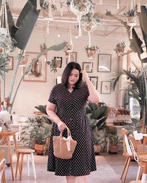 Fallin' in love in a coffee shop ☕️🎶 - 👗 @nicolete.bigsize #KaniaPlusStyle . . . . #clozetteid #kaniatheexplorer #explorebandung #bandungjuara #bandungbanget #bandung #ggrep #caferestobandung