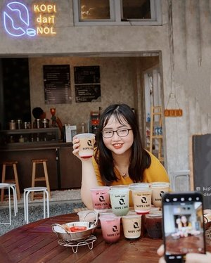 """Mencintai seseorang saja dimulai dari nol,Apalagi meracik kopi dengan cita rasa yg istimewa, ya dimulai dari nol juga 💗☕ ..𝐓𝐎𝐃𝐀𝐘 𝐈𝐒 𝐃-𝐃𝐀𝐘!!𝙂𝙍𝘼𝙉𝘿 𝙊𝙋𝙀𝙉𝙄𝙉𝙂 @𝙠𝙤𝙥𝙞.𝙙𝙖𝙧𝙞𝙣𝙤𝙡 🎉🎊 .Kopi dengan cita rasa yang unik ada disini! Gak suka kopi? Woles guys, ada juga varian Non Coffee dengan rasa sweet & fresh yg bisa kalian nikmati hanya di @kopi.darinol ditambah lagi ada cemilan yg bisa jadi teman ngopi kalian loh ✨ .What's my fav? Secara aku tuh pecinta kopi banget, gak salah kalau aku luv banget sama Teh Kopi Tarik Specialty nya @kopi.darinol ini, Why? Taste nya tuh Bitter & Unique but Sweet. Masih inget iklan """"Ini Teh Kopi?"""" Yups, perpaduan Teh & Kopi menyatu disini walaupun memang rasa kopi lebih dominan sih ☕ .So, ini yg ditunggu2 sama kalian pasti! 𝗣𝗥𝗢𝗠𝗢 𝗚𝗥𝗔𝗡𝗗 𝗢𝗣𝗘𝗡𝗜𝗡𝗚 @kopi.darinol 𝗕𝗨𝗬 𝟭 𝗚𝗘𝗧 𝟭 𝗙𝗥𝗘𝗘* (𝘗𝘶𝘳𝘤𝘩𝘢𝘴𝘦 𝘢𝘯𝘺𝘵𝘩𝘪𝘯𝘨 𝘢𝘯𝘥 𝘍𝘳𝘦𝘦 𝘰𝘯𝘭𝘺 𝘠𝘢𝘬𝘶𝘭𝘵 𝘉𝘢𝘴𝘦𝘥 𝘰𝘳 𝘛𝘦𝘢 𝘉𝘢𝘴𝘦𝘥) mulai HARI INI 1 sept s/d 3 Sept 2020. Promo ini jg berlaku utk pembelian Take Away, Dine in & Grabfood jg bs loh! ⭐👍 ..𝐊𝐨𝐩𝐢 𝐃𝐚𝐫𝐢 𝐍𝐨𝐥 @kopi.darinol📍Kartika Grand Bistro (area halaman belakang Museum Mandala Bhakti-Tugu Muda)💰 Price start from 15K-25K👍 Good quality with affordable price.🪑Best place for nongki manjah.🎶 Live Music at 7PM-10PM.🍦ᦓꫀρꪻꫀꪑ᥇ꫀ᥅ 01, 2020.#AforAlinda #Alindaaa29 #Alinda @clozetteid #ClozetteID @bloggervloggersmg #bloggervloggersmg #kopidarinol #kulinersemarang #semarangfood #jakulsemarang #kopisemarang #kopisemarangbawah #makanansemarang #ngopi #ngopiyuk #dirumahaja #ubahinsekyurjadibersyukur #jalani_nikmati_syukuri #rezekigakketuker #VloggerSemarang #BloggerSemarang"""