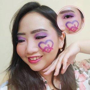 """MAKEUP PAKAI LOGO #dirumahaja @instagram 🏡 . Akhirnya bikin face painting lagi 😝 Setelah bisa mewujudkan wishlist bulan lalu yaitu punya Eyeshadow Palette """"COLOR BOARD""""  @beautyglazed yg super lengkap warnanya, kemarin tepat dimana paketku sampai, aku langsung bikin makeup look ini pakai set warna ungu & pink! .  Semua look, mulai dari eyelook sampai gambar logo #dirumahaja nya @instagram aku cuma pakai 1 palette nya @beautyglazed 🌈 Beneran palette ini racun banget, worth to buy!!! Aku beli di shopee OS nya daerah Bandung ❤️ .  FACT, aku pikir gambar logonya ga rapi karena pas diawal pake pensil alis tuh ga bentuk gt loh. Eh, pas aku warnain pakai eyeshadow dan jeprat jepret, lihat hasilnya kok ternyata mayan juga lah ya gambarnya 😝 Maklum, alin emg ga trlalu bisa menggambar dg rapiihh guys 😂 .  Kira-kira besok bikin look apa lagi ya? Target nya masi mau bikin total 5 look sih ✨ Gumusshh banget sama palette nya!!! . . 💃 ᎷᏋᎥ 12, 2020 . #AforAlinda #Alindaaa29 #Alinda #ClozetteID @clozetteid @cchannel_beauty_id @cchannel_id @beautycollab.id #selfphotoshoot #selfquarantine #makeup #makeuplook #beautyglazed #facepaint #facepainting #inspiredmakeup  #inspirasikecantikan #tampilcantik #cchannelbeautyid #beautycollabid #influencer #influencers #influencersemarang #endorsement #endorsementsemarang #dirumahaja #ubahinsekyurjadibersyukur #jalani_nikmati_syukuri #rezekigakketuker #VloggerSemarang #BloggerSemarang"""