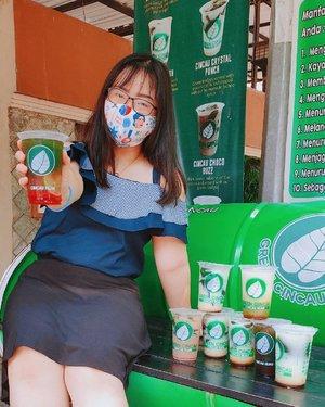 PARAAHHHH!!! GA BISA NOLAK KALO DIKASI YANG IJO IJO 🤤‼️.Heboh banget ada apa to Lin?Ini lho, aku mau kasi tahu kalo ada minuman cincau uenaakk di Semarang!! Yes, @greencincau adalah pelopor minuman sehat cincau hijau di Semarang yg kualitas rasanya ga perlu diragukan lagi 💚 Wes cincau ijo ne enaak & bikin nagih, ditambah lagi hargane yo murah meriah ga pake mahal! .Seseneng itu pas kemarin menang giveaway nya mereka yg kasi aku hadiah 8 cup @greencincau & bisa pilih sendiri varian rasanya. Berhubung kesukaan papa mama adalah 𝐂𝐢𝐧𝐜𝐚𝐮 𝐎𝐫𝐢𝐠𝐢𝐧𝐚𝐥 ya aku kasi 2 cup buat mereka, kalo fav ku 𝐂𝐢𝐧𝐜𝐚𝐮 𝐒𝐨𝐲𝐚 jadi aku bikin 2 cup juga. Trus sisanya, aku pilih 𝙲𝚒𝚗𝚌𝚊𝚞 𝙲𝚑𝚘𝚌𝚘 𝙱𝚞𝚣𝚣, 𝙲𝚒𝚗𝚌𝚊𝚞 𝚁𝚎𝚖𝚙𝚊𝚑, 𝙲𝚒𝚗𝚌𝚊𝚞 𝙻𝚒𝚖𝚎 𝙲𝚘𝚣𝚢 & 𝙴𝚜 𝙲𝚎𝚗𝚍𝚘𝚕 🤤 Siapa yg sampe sini udah ngiler duluan? .Dari dulu emang udah langganan Cincau Ijo disini! Bahkan waktu harganya masih 10rb aku sering borong, skg harganya naik 1rb doank sih, jadi 11rb/cup *kecuali bbrp varian ada yg 12rb/cup* Tapi teteup rasa @greencincau belum ada yg bs mengalahkan kenikmatannya! Apalagi cincau ijo ne juga ndak pelit bahkan yg Original & Soya buanyakk banget cincau ne 💚 .So, jangan sampe kamu melewatkan yang ijo seger nikmat ini:• Cincau Original ⭐⭐⭐⭐⭐• Cincau Soya ⭐⭐⭐⭐⭐• Cincau Lime Squash ⭐⭐⭐⭐⭐• Cincau Choco Buzz ⭐⭐⭐• Cincau Rempah ⭐⭐⭐• Es Cendol ⭐⭐⭐⭐ .Pilih varian rasa @greencincau sesukamu dan temukan sendiri favoritmu! Ku pastikan kalian gak bakal cuma sekali kesini, karena kenikmatan Cincau Ijo disini sudah terbukti 💯 Recommended ..🍦ᦓꫀρꪻꫀꪑ᥇ꫀ᥅ 18, 2020.#AforAlinda #Alindaaa29 #Alinda @clozetteid #ClozetteID #cincauhijau #greencincau #minumanlegendaris #cincau #minumansemarang #kulinersemarang #semarangfood #jakulsemarang  #makanansemarang #ubahinsekyurjadibersyukur #jalani_nikmati_syukuri #rezekigakketuker#dirumahaja #VloggerSemarang #BloggerSemarang