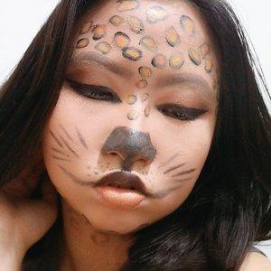 DAY 28 🦄 #30DaysMakeupWithNda . OMOOO!!! 2 HARI LAGI udah mau selesai challenge nya! Gak nyangka sih, awal2 bikin tuh berasa bingung juga mau post makeup apa, post nya kapan jam berapa eh tahu nya udah mendekati akhir bulan April dan akan berakhir juga challenge ini 😝 kali ini post face painting lagi ya, tapi ini bikinnya udah dari taon 2018 ya gaes wkwk . . So, this is my 𝐜𝐡𝐞𝐞𝐭𝐚𝐡 𝐟𝐚𝐜𝐞 𝐩𝐚𝐢𝐧𝐭𝐢𝐧𝐠 𝐦𝐚𝐤𝐞𝐮𝐩 𝐥𝐨𝐨𝐤 🖌️ .  Face painting ala ala cheetah, mirip gak sih gaes? Bikin art nya tetap pakai eyeshadow dan yg warna hitamnya, aku pakai eyeliner aja. Serunya bikin face painting tuh ketika kita menggambar alias melukis di wajah kita, tapi pas udah rapi eh tiba tiba ada aja yg salah trus dihapus pake micellar water atau tambahin foundation. Kalian gitu juga gak sih? .  BTW, aku bikin look ini jauh lebih lama daripada wkt bikin face painting lipcream kemarin loh! Karena pas tahun 2018 itu emg lg mula mula belajarnya. Gimana nih? Pengen tahu donk, kalian belajar bikin face painting mulai kapan sih? . 🦄 Λpril28, 2020 . #AforAlinda #Alindaaa29 #Alinda #ClozetteID @clozetteid @beautycollab.id @bloggervloggersmg #30DaysMakeupWithNda #beautycollabid #bloggervloggersmg #15dayscontentmarathon @amandasmess #makeup #makeuplook #facepaint #facepainting #inspiredmakeup  #inspirasikecantikan #tampilcantik #beautycollabid #bloggervloggersmg #influencer #influencers #influencersemarang #endorsement #endorsementsemarang #dirumahaja #ubahinsekyurjadibersyukur #jalani_nikmati_syukuri #rezekigakketuker #VloggerSemarang #BloggerSemarang