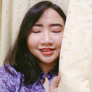 DAY 21 🦄 #30DaysMakeupWithNda . Selamat hari kartini! Untuk perempuan Indonesia dimanapun kalian, always be ourself 💕 Harus yakin dan percaya, kalau kita bisa dan mampu melakukan apa yang kita cintai. Luv yourself, Luv your life! Always happy and smiley 😊 Awkay? . . So, this is my 𝐤𝐚𝐫𝐭𝐢𝐧𝐢 𝐦𝐚𝐤𝐞𝐮𝐩 𝐥𝐨𝐨𝐤 👸 .  Siapapun kita! Apapun passion kita, cintai dan perjuangkan untuk kelak kita dapat menggapai cita-cita dan harapan yg penuh cerita indah ✨ Special for today! Kartini look with mom's outfit 😝 Iye, ini dress batiknya punya mama ku pinjem buat poto2 dan berhubung wajah lg rehat dr makeup utk bbrp hari jd pake foto 2 bulan yg lalu dulu ya ♥️ Untungnya ada stock buat foto ala kartinian 🙏 . . 💖 eyeshadow @mirabellacosmetics lip cream matte expert. 💄lip @mirabellacosmetics colorfix lipstick. . Quotes by R.A Kartini untuk wanita Indonesia: 🌻Jangan pernah menyerah jika kamu masih ingin mencoba. Jangan biarkan penyesalan datang karena kamu selangkah lagi untuk menang. 🍁 Teruslah bermimpi, teruslah bermimpi, bermimpilah selama engkau dapat bermimpi! Bila tiada bermimpi, apakah jadinya hidup! Kehidupan yang sebenarnya kejam.  Semoga dapat memotivasi dan memberikan semangat lebih untuk kita agar tidak takut bermimpi, terus berjuang, tetap berusaha dan tak lupa berdoa 🙏 . . 🦄 Λpril21, 2020 . #AforAlinda #Alindaaa29 #Alinda #ClozetteID @clozetteid @beautycollab.id @bloggervloggersmg #30DaysMakeupWithNda #makeup #makeuplook #kartini #harikartini #inspiredmakeup  #inspirasikecantikan #tampilcantik #beautycollabid #bloggervloggersmg #influencer #influencers #influencersemarang #endorsement #endorsementsemarang #dirumahaja #ubahinsekyurjadibersyukur #jalani_nikmati_syukuri #rezekigakketuker #VloggerSemarang #BloggerSemarang