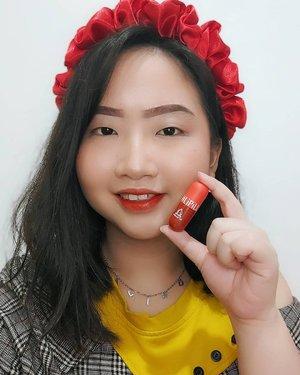 𝘓𝘪𝘗𝘪𝘭𝘭, 𝘒𝘦𝘤𝘪𝘭 𝘔𝘶𝘯𝘨𝘪𝘭 𝘓𝘶𝘵𝘤𝘶𝘩𝘩 💊  Omgg!! Gemesin banget sih lip tint terbarunya @madame.gie yg bikin aku penasaran buat nyobain, apalagi shade: Cotton Candy (warna orange dengan hint merah) .  𝐌𝐚𝐝𝐚𝐦𝐞 𝐆𝐢𝐞 𝐋𝐢𝐏𝐢𝐥𝐥, lip tint with packaging like a capsule.. So cute! Variasi warnanya juga beragam dan lip tint ini pastinya cocok untuk bibir kering alias bibir rewel (gampang cracky) karena aku udah pakai seharian dan bibir ku aman² aja. Hanya saja, tips dari aku.. Sebelum apply lip tint by @madame.gie aplikasikan lip balm dulu atau pakailah lip balm setiap malam hari supaya pagi hari ketika mau pakai lip tint, tidak perlu lagi pakai lip balm dan bibir ga mudah kering deh .  Tekstur lip tint yang creamy dan engga terlalu cair bikin lbh mudah nge-blend. Selain itu 𝐌𝐚𝐝𝐚𝐦𝐞 𝐆𝐢𝐞 𝐋𝐢𝐏𝐢𝐥𝐥 juga longlasting, transferproof & maskproof loh.. Worth it! Affordable price 💋 . . 🍑 ๓คr¢h 07, 2021 . #AforAlinda #Alindaaa29 #Alinda @clozetteid #ClozetteID @madame.gie @gisel_la @amandamanopo #madamegie #madamegielipill #lipill #lip #liptint #lipproducts #makeup #murahmeriah #liptintmurah #dirumahaja #jalani_nikmati_syukuri #rezekigakketuker #blessedyear #VloggerSemarang #BloggerSemarang