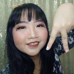 """DAY 8 🦄 #30DaysMakeupWithNda . Yuhuu ✨ Ga nyangka udah masuk hari ke 8 di bulan April 2020 nih. Guys! Jaga kesehatan teruss lohhh, banyak banyak minum air putih sama vitamin. GBU all! ANIWAY, ini makeup look aku di hari ke 8, makeup #throwback lagi karena masi poni-an 😝 Haha . . So, this is my 𝐥𝐨𝐯𝐞𝐥𝐲 𝐛𝐫𝐨𝐰𝐧𝐢𝐞 𝐦𝐚𝐤𝐞𝐮𝐩 𝐥𝐨𝐨𝐤 🤣 .  Makeup ini dibuat pada bulan April tahun 2019 lalu waktu ikut makeup collab nya cisty @christyrsm dan lipen nya aku pakai dari brand kecintaan juga @dearmebeauty shade Dear Winna kayaknya 😍🥰 Bagus ya warna coklatnya? Banyak yg nanya, itu yg deket mata apa sih? Itu tuh aku mau gambar hati tapi kyknya gagal gt loh, jd kelihatan nya kyk huruf """"v"""" GPP lah ya? HAHAHA . . A for Alinda, WDYT Guys? 💞 Aku kangen rajin ngonten tiap hari di rumah sendiri huhu 😭 . . 🦄 Λpril 08, 2020 . #AforAlinda #Alindaaa29 #Alinda #ClozetteID @clozetteid @beautycollab.id @bloggervloggersmg #30DaysMakeupWithNda #makeup #makeuplook #graduationmakeup #inspirasikecantikan #tampilcantik #beautycollabid #bloggervloggersmg #influencer #influencers #influencersemarang #endorsement #endorsementsemarang #dirumahaja #ubahinsekyurjadibersyukur #jalani_nikmati_syukuri #rezekigakketuker #VloggerSemarang #BloggerSemarang"""