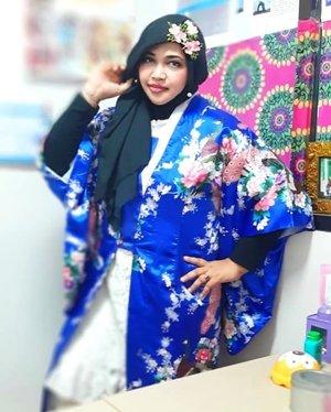 "Thu, August 29th, 2019--- 👘🎎♥️🗻⛩ ""Anywhere I go will be my #Harajuku "" (Nurhayati, 2010) ⛩🗻♥️🎎Hehe... dulu waktu mau pulang ke Indonesia ada yg nanya:""Hesti, kamu pasti akan merindukan Harajuku*"" (lokasi street fashion terkenal di Tokyo)And I said... ""Sure""""Will you come back""Me: ""I will... I hope so""""But what if U cant come back to Japan?""Me: ""No prob. Anywhere I go will be my Harajuku"" 🤣🤣--Hari ini lagi pengen pake #Satin #Kimono yang sudah dimodif jadi #longcoat. Kimono nya dari seserahan dulu 🤣 baru bisa dipake sekarang. Alhamdulillah juga masih nemu #kanzashi buat hiasan kerudungnya.  Bros Kanzashi ini souvenir pengajian waktu mau nikah 😊 cucok yaaa... haha---#clozetteid #nhkkawaii#kawaiicouple#kawaiimodesty#modestfashion#modestwear#Japanesefashion#hootd"