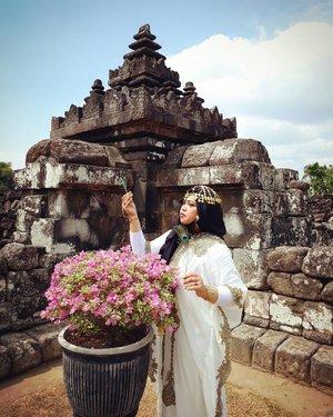 Saturday, August 19th, 2017--- Free for August! Merdeka!! 🗼🌞🎎 Mau tahu candi paling romantis yg mana? Jawabannya: #CandiPlaosan . Serius! Bahkan sebelum tahu kisahnya aku sudah baper duluan sama suasana di #Candi ini. ❤ Candi ini dibangun bersama oleh Raja #RakaiPikatan yg beragama #Hindu dan Putri #Pramudyawardhani yg beragama #Budha . Candi ini #kembar berdampingan dan memiliki ciri campuran Hindu dan Budha. Banyak puing yang belum disusun dan letaknya di area persawahan. Cenderung adem dibanding kompleks candi lainnya. - Kalau di Candi Prambanan ada mitos kutukan Loro Jonggrang yg konon bikin pasangan bisa broke up klo dtg ke sana, di sini malah sebaliknya. Mitosnya, yg dtg sama pasangannya ke Candi Plaosan bakal langgeng dan bagi yg jomblo bakal ketemu cinta sejatinya. Azeeekkk 😂😄😆 cieeh... ada yg mesam-mesem tuh sambil bacanya 😜 - - - Theme : The #Queen in #Romance Inspired by: #Cleopatra from #Egypt and #HeraGoddess from #Greek Photographer : @dewirahmawati29 Location : #CandiPlaosanLor - #Yogya - - - #clozetteid  #modestwear #kaftan #peacock #hijabtraveler #hootd #Yogyatrip #VisitYogya