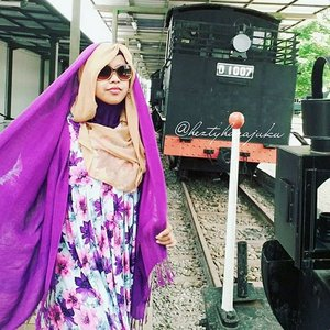 Jan 30th, 2016---- #muslimahtraveler #diary : #Ambarawa #Railway #Museum . I loove #train, #history & museum !... 😉 Sudah lama banget pengen kesini. Meski nggak sempet nyobain keliling dengan #keretatua nya karena harus buru-buru cuzz ke Yogya, tapi lumayanlah buat ngobatin penasaran hihihi... sebelumnya sempat mampir di Masjid Agung anyways. My #ootd is just a simply #vintage #flowerprint#longdress with #purple #pashmina & #retro #sunglasses. 😎🚆🚈 #keretaapiindonesia #kaimoment #indonesianheritage #visitAmbarawa @clozetteid #ClozetteID #holiday #stylishtraveler #modestfashion #coveredstyle #headscarf #scarf
