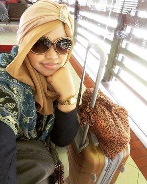 Dec 3rd, 2016---- #hijabtraveler #princess #soloTrip to #Surabaya ! ✈🚀👑 Duluu banget ke Surabaya tahun 1999 sama Babeh tapi cuma numpang lewat. Duluuu banget juga #solotrip with #jetplane dan sempet bikin trauma karena naik maskapai yg skrg udah tiada hahaha! Serius waktu itu sampe panik karena ada kesulitan mendarat. Nah! Sekarang mau coba lagi solotrip with jetplane. Kebetulan hari minggu besok sepupuku mau menikah, & alhamdulillah jg lg bisa kesana minggu ini... so... doain #safetrip yaa... bismillah! 👑🚀✈ #clozetteID @clozetteid #muslimahtraveler #modestfashion #modestwear #hwadscarf #turban #stylecovered #fashionvlogger #hootd #ootd #fashion #style