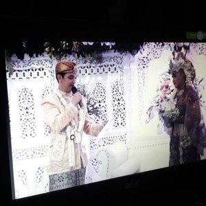 "#ThrowbackSaturday , November 18th, 2017 ---💜👰💍 Semua cewek pasti pengen cowoknya nunjukin cinta kepadanya di mata dunia... mostly cowok akan nunjukin dengan berlutut bawa cincin dan bunga sambil berkata: ""Will you marry me?""Tapi... @erdin.saef menyampaikan keinginannya untuk melamarku ke waliku (Babeh) melalui ayahandanya ❤❤❤ tgl 26/08/17 . Secara islam spt itu tata caranya melamar kata Bapak Mertua. Tapiieh... as a girl and princess daku masih pengen my prince charming nunjukin cintanya padaku di depan orang2 yg kami sayangi, so... daku pun memintanya untuk membuat dan membacakan puisi cinta untukku pada saat resepsi... and he said : Yes!.. aku ga tahu seperti apa puisinya sampai dia membacakannya pada malam itu 18/11/17. And... I love it!... seneng banget haha... thank you, hubby! I feel satisfied! 😄🌷❤😘❤---#Sundanese #RoyalWedding --- at #MasjidAgungAttin #TMII #JakartaTimur ... #JanjiSuci #HestiErlanWedding #181117 ------#clozetteID #nhkkawaii #KawaiiReporterWedding#HestiHarajuku#modestwear#muslimwedding#hootd#muslimbride"