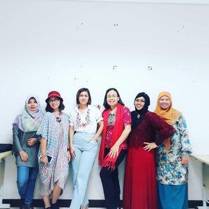Thu, May 17th, 2018--- Selamat puasa #Ramadhan hari ke-1 !... dari kami dosen2 kece nan modis di #DesainMode #PoliMedia 😄 Semangattt yaaa!... Semoga puasa melatih kesabaran kita menjadi pribadi yg lebih baik... yg lebih bertakwa pd Allah... amiin yra...----------After #Preview Karya Tugas Akhir mahasiswa Desain Mode PoliMedia 👗🎓👠 always fun and happy with this family 😘------------#clozetteid#lecturers#hootd#ootd#modestfashion
