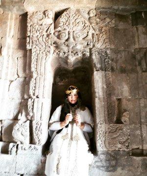 "Saturday, August 19th, 2017--- ""Singgasana Ratu Cleopatrahhh"" 😂 🗼🌞🎎 Mau tahu candi paling romantis yg mana? Jawabannya: #CandiPlaosan . Serius! Bahkan sebelum tahu kisahnya aku sudah baper duluan sama suasana di #Candi ini. ❤ Candi ini dibangun bersama oleh Raja #RakaiPikatan yg beragama #Hindu dan Putri #Pramudyawardhani yg beragama #Budha . Candi ini #kembar berdampingan dan memiliki ciri campuran Hindu dan Budha. Banyak puing yang belum disusun dan letaknya di area persawahan. Cenderung adem dibanding kompleks candi lainnya. - Kalau di Candi Prambanan ada mitos kutukan Loro Jonggrang yg konon bikin pasangan bisa broke up klo dtg ke sana, di sini malah sebaliknya. Mitosnya, yg dtg sama pasangannya ke Candi Plaosan bakal langgeng dan bagi yg jomblo bakal ketemu cinta sejatinya. Azeeekkk 😂😄😆 cieeh... ada yg mesam-mesem tuh sambil bacanya 😜 - - - Theme : The #Queen in #Romance Inspired by: #Cleopatra from #Egypt and #HeraGoddess from #Greek Location : #CandiPlaosanLor - #Yogya - - - #clozetteid  #modestwear #kaftan #peacock #hijabtraveler #hootd #Yogyatrip #VisitYogya #Temple"