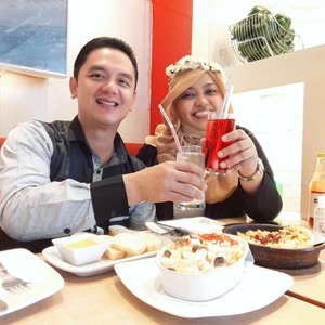 LATEPOST: Sunday, Sept 18th, 2016--- We are the #dreamteam ! 😄😄 This week end, Aa lagi ada tugas di JKT, jadi nggak ke BDG. We had some checklist hehe. Dari urusan kerjaan sampai dating. Karena terjebak hujan deras, neduh dulu deh di #pizzahut aciiikkk!!... we love #pasta so much! 🍕🍝🍕 @clozetteid #clozetteID #instamoment #pizza #pasta #couple #romanticdinner #ootd #hootd #Couplestyle #touchofblack #fashion #style
