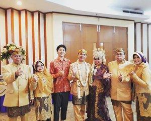 #ThrowbackSaturday , November 18th, 2017 ---💜👰💍Thank you for coming Shinichi Yoshihara! ... my Japanese bestfriend, last time we met was in Yotsuya, Tokyo - #Japan . He was my tutor at #JENESYS - #JapanFoundation @jf_jakarta , and after 7 years, we meet again in #Jakarta at my #Wedding , I am the #Bride and he is our #VVIP 😄🌸🌸--Shinichi baik banget datang sebelum kirab dan pulang setelah semua tamu pulang untuk ngobrol2 dulu sama kami. Dia senang punya pengalaman melihat resepsi pernikahan Indonesia untuk pertama kalinya. Senang juga finally bisa ngenalin dia ke hubby, ortu dan mertuaku. -Shinichi salut lihat aku dan hubby bisa bersalaman dan berfoto dengan ratusan orang semalaman itu 😂😂 Dia aja dulu cuma ngundang 80 orang, ya gitu deh wedding di Indonesia... rempong dan meriaahh 🤣😂🤣 Untungnya aq punya sahabat yg bisa kupercaya untuk menemani Shinichi selama pesta. Thank you bgt Diah R. Andrini ❤❤❤-- #Sundanese #RoyalWedding --- at #MasjidAgungAttin #TMII #JakartaTimur ... #JanjiSuci #HestiErlanWedding #181117 ------#clozetteID #nhkkawaii #KawaiiReporterWedding#HestiHarajuku#modestwear#muslimwedding#purplexgoldparty#hootd#muslimbride