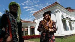 Thu, July 27th, 2017--- 🌲🌱🌳🌿☘🍀🌵🌴🌳 Selesai fisioterapi hari ke -5 di RS Salak Bogor, Aku dan Mama jelong2 ke #Belanda hehehe... ceritanya... inshaAllah nanti benerannya 🙈amiin!... Sambil nunggu Babeh selesai kerja di sana, kami main ke sini... #KebonRayaBogor aka #BogorBotanicalGarden . Menghirup udara segar yg masih bisa ditemuin di #Bogor .  Jadi #turis nih... #NoniBelande dan Nyonya2 dari Turki lolz  Langitnya bagus banget yaah... subhanallah!... - - - - - - - #clozetteid #hootd #fashion #style #modestwear #modestfashion #turban #headscarf #velvethat #velvetvest #flowerprint #vintagelook