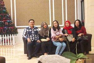 "Thu, December 20th, 2018 --- 🏨🚇🚗 with The #Polimedia #Librarian Team 😉 (Papi @erdin.saef , Ibu Jenti, Ibu Lela & Nisa). at #TravelloHotel ⭐⭐⭐⭐ #Bandung - #WestJava . Hihi jadi inget tahun 2015 pernah dapat tugas bareng Papi berlima ke Bandung. Waktu itu masih baru kenal, Deek... pacaran aja belum 😄Hanya waktu mau berangkat tuh Opamu doain Mami gini: ""Semoga dengan berangkat ke Bandung ini Kakak ketemu jodohnya"" hihihi... ternyata doanya Opa dikabulkan dan jadilah kamu 6 bulan di perut Mami sekarang 🤰❤😘👶👨💼 - - -  Mumpung Papi @erdin.saef ada tugas di Bandung, Mami ikut mudik hehe... dari sini kita akan ke tempat Nenek Kakek. Babymoon sekalian Mami mau berobat juga di sini. Feel better meski masih belum sembuh benar. Masih fighting dengan sinus yg kumat. - - - - #clozetteid #hotellobby #HolidaySeason2018 #HighSeason #visitWestJava #visitBandung #traveling #couplegoals #6monthspregnancy #babyinwomb #DiarySenseiBumil"