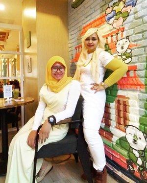 LATEPOST: Thurs, November 17th, 2016. #Twinstyle nggak mesti kembar persis bajunya kayak seragam lolz. Lebih bagus sama di warnanya aja. Jadi tetap terlihat seirama padahal #style nya beda. My lil sis  @meilina_ika_kurniawati wore #light #yellow #overall , white shirt and #vividyellow #hijab meanwhile her elder sis (me) wore #white dress and pants with light yellow #headscarf and vivid yellow shirt. 🐨🐻☕🍛🍛☕🐻🐨 Anyways ini salah satu spot yang ok buat foto2 di sana... #kawaii desune~ 😍 🐨🐻☕🍛 #JapaneseCafe #kawaiicafe #foodhunter #foodtraveler #clozetteID @clozetteid #modestwear #stylecovered #stylishmodesty #fashionandfood #fashion #style #hootd #ootd