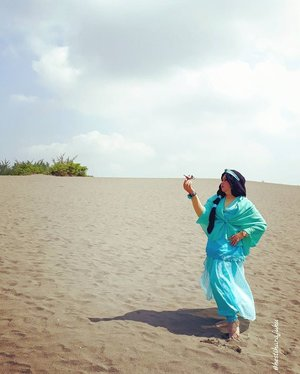 April 27th, 2017 --- #PrincessJasmine find the #magiclamp on the #desert . She will make a wish to find her #Aladdin 😂😂😂 --- --- #clozetteid #modestfashion #cosplay #modestcosplay #headscarf #stylecovered #inspiredbyDisney #DisneyPrincess #visitJogja #Yogyakarta #GumukPasirBarchan