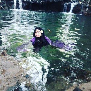 LATEPOST: May 3rd, 2017--- Theme: #NawangWulan & the stolen #scarf 😂 #Photographer : @dewirahmawati29 #fashionstylist / #MUA #model : #HestiHarajuku Location: #BlueLagoonJogja - - Tahu cerita Dewi Nawang Wulan dan #JokoTarub kan? Itu loh... yg selendangnya dicolong waktu dia mandi sehingga gak bisa pulang ke #kahyangan hihihi... Nah, dalam ceklist #ThematicTraveling Sensei kali ini... Sensei pengen ada cerita ini sebagai penutup cerita. Kebetulan deket rumah cuma 5 mnt sampe hihi. HTM 5K. Buka jam 7 pagi sampe jam 17 klo ga salah hihi. Kolamnya berwarna biru tp airnya jernih. Ada ikan2 kecil yg bakal gigitin kaki kita juga klo kita diem di tempat hoho. Asiklah!... yuk ke #Kaliurang ! - - #clozetteid #hijabtraveler #BlueLagoonJogja #BlueLagoon #VisitJogja #traveler #traveling #Jogjatrip #ootdmodest #swimming #NawangWulan #modestfashion #Javanese