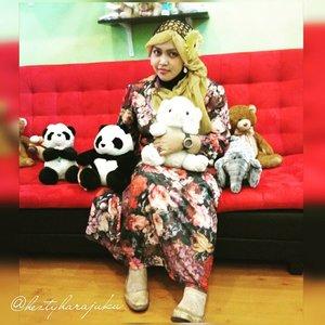 July 24th, 2015 -----🐼🍥🐼#FoodTravelerMinekoHezty ( Indonesian Stylish Food Traveler ) at #cafebingbing @cafe_bingbing 🎀🌸💖 #heztyharajuku 's #OOTD #hotd #fashion #style with #headscarf #clozetteid 💖🌸🎀 #twinstyle theme of the day is #sweet #kawaii #girlie #vintagefashion . Inspired by #dollykei #TokyoFashion 😉 🐼🍨🐼 #foodtraveler  #vlogger #dolls  #stylishtraveler #foodhunter #Depok  #Indonesia #modestfashion #coveredstyle #scarf #hijabstyle #shabbychic #instafashion
