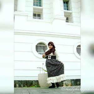👒👜👠 Sept 12th, 2015 ---- #Shopping & #Jakarta #KotaTua #trip with my #sister mineko_shirota . #Ojousama / #Princess in #vintagefashion kinda day!... hehe 😉 🌼🌹🌼 Setiap orang punya caranya sendiri untuk refreshing. Untuk aku & Minye, menikmati suasana #KotaTuaJakarta dengan dress up with #vintagestyle itu adalah refreshing yang seru 😉anyways, the headpiece is my #handmadeaccessories. Kawaii... desune ! 😉 🌹👒👜 #MuslimahTraveler #MuslimLolita #modestfashion #coveredstyle #headscarf #scarf #kawaiistyle #fashion #style #ootd #ClozetteID @clozetteid #FoodTravelerMinekoHezty #stylishtraveler #TimeTraveler #instatravel #instafashion #JakartaStreetStyle #Dollykei #lolitastyle