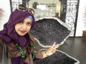 LATEPOST: Saturday, Nov 26th, 2016----#SoloTrip part 1 to #Bogor . 🚄🚈🚆#JalanPajajaran Bogor jadi destinasi favorit daku karena di sini kayak jalan Riau di Bandung, sepanjang jalannya #FactoryOutlet dan tempat #Wiskul . Alhamdulillahnya hotel tempat Aa meeting di jalan ini juga jadi sembari nunggu mereka selesai, daku jalan2 sendiri ajah hahaha...😂😂😂 Btw ini salah satu FO yg unik karena di lobinya ada Batu #Kecubung terbelah yang besar segede gaban! ...😄 #Amethyst is my favorite #gemstone bcoz it's #purple #violet --- my favorite color 👑🔮👑 #hijabtraveler on #commuterline. #clozetteID @clozetteid #hootd #ootd #fashion #style #stylishmodesty #BogorRailwayStation #hijabtraveler #stylecovered #modestfashion #modestwear