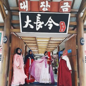 Thursday, August 17th, 2017--- 🍛🍜 Yang #dramkorlover and #Kpopper jangan pada baper yaaa... 😂😂😂 Sensei , Kak @meilina_kurniawati , MaFel @dewirahmawati29 dan Mbak Nita ( kknya Kak Mei) lagi liburan dulu ke istana #DaeJangGeum di #Korea hihihi... - - Theme :#Korean #Royal  Location : @daejanggeum_yk #Yogya Camera: #SamsungJ7Prime - - - - - - - #clozetteid  #modestwear #hijabtraveler #hootd #foodtraveler #hanbok #modesthanbok #hijabhanbok #hijabi #Yogyatrip #VisitYogya