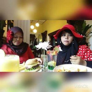Thu, October 27th, 2016 ---- #Wiskul / #foodtravelling with my #sisterinlaw @dewirahmawati29 aka Mama Feli hehehe at #Beukenhof #Resto #Kaliurang #Yogyakarta . We wear #Red #retrostyle , enjoy the #Jazzy music and #Europianculinary 👒👠👜 #clozetteID @clozetteid #HOOTD #ootd #fashion #style #foodhunter #instafashion #instafood #fashiongrammer #foodandfashion