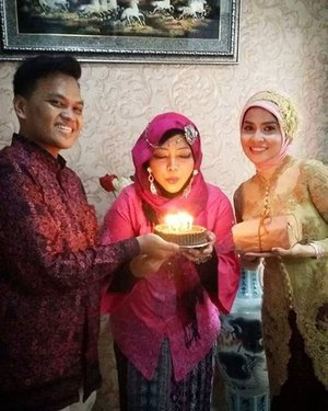 FLASHBACK: January 17th, 2016--- That was my birthday and my baby bro' s engagement. That's why I wore #Betawinese #Kebaya coz my sis in law is Betawinese but still... my headpiece and accessories are seems like India style lolz. Now my sis in law is a mom to be, inshaAllah next May, I will meet my 2nd niece from her amiin 😇 GBU @zahrakhairiza ❤😘🌹 #familygathering #engagement #birthday #clozetteID #hootd #modestfashion #modestwear #kebayamodern #batik