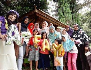 🌫🏊🌴🌳🍝🍩 Sun, March 26th, 2017 --- 🌫🏊🌴🌳🍝🍩 Sun, March 26th, 2017 --- All the Ladies from #ARFam (Abdul Rodjak BigFamily )gen 1-3 at #ResortGiriTirtaKahuripan #Purwakarta with my dearest family. From Cirebon, anak2 dan cucu2 Kakek (Mang Tua) Abdul Rodjak menyebar jadi orang Jakarta Raya, Subang, Surabaya, Malang & Yogyakarta .Kalau ngumpul udah hetero bgt campur bahasa gaul Jakarta, bahasa betawi, bahasa Jawa , Bahasa Melayu Pontianak, Bahasa Sunda dan Bahasa Cirebon (untuk yg gen 1). Seru deeh! I am so proud with my hetero family yg tetep inget akarnya juga meski generasi 2 kayak daku gini udah ga bisa bahasa Cirebon karena jd anak tentara yg lahir dan besar di Pontianak - Jakarta ⛱🏊🌫🍝🌳🌴 - - Nah, ini suasana #Saung nya. Kami sudah bagi2 tugas, klo daku tugasnya di seksi acara, dokumentasi & publikasi hahaha 😂 urusan nentuin tema #dresscode ... nyiapin alat2 foto, bawa properti photses (camera, tripod, tongsis, balon2 dsb). Lalu publish ke sosmed dan share di group hehehe 😆 - - FYI masuk ke kawasan resort #GiriTirta ini bayar 25k /orang dan dapat fasilitas naik mobil tur untuk masuk dan keluar area #outbond. Area outbondnya ini banyak tanaman buah dan hewan2 koleksi mereka. Ada kambing tanduk 4, rusa2, angsa2, buaya, sampai ikan Arapaima. Anak2 bakal seneng deh klo diajakin kasih makan hewan2 ini. Kita bisa piknik di saung2 yg ada di kawasan outbond ini. Makan dulu di sini karena klo ke kawasan skypool, kita ga boleh bawa makanan dan minuman dari luar. Ke kawasan Skypool nya sendiri harus bayar htm lg 60k/orang. - - Anyway, my #hootd was inpired by #HawaiianGirl hehe... ngeronce bunga-bunga tropis gituuh... ada yang jadi #flowertiara & ada juga yg jadi #kalungbunga . Pake #PashminaUngu dan sendal jepit ungu SurferGirl hihi... - - #hijabtraveler #clozetteid @clozetteid #fashion #style #modestwear #modestfashion #Hawaiianlook #happyholiday #visitPurwakarta #visitWestJava #travel #traveler