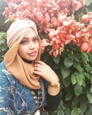 "LATEPOST: Sat, Dec 3rd, 2016--- Day 1 in #Surabaya #solotrip #hijabtraveler #princess . ""Gak bisa banget ngelihat spot bunga2 nganggur! 😂😂"" #indiaModeOn lolz 😉 😉✈😎 @clozetteid #clozetteID #turban #hootd #modestwear #modestfashion #stylecovered #fashion #style #traveling #SurabayaTrip #pashmina #headscarf #jetplane #JuandaInternationalAirport #fashionvlogger #fashiongrammer"