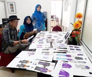 Monday, April 30th, 2018---- 👗👖🎓 Eng...ing...eng... tiba juga hari penjurian #Sayembara #Desain #Toga & #JaketAlmamater yg diadakan oleh Direktur #Polimedia . Dalam kegiatan ini Bu Pingki dan Hesti Sensei bertindak sebagai #mentor dan #Juri . Pak Hari sebagai juri tamu mewakili Direktur .----#clozetteid#lombadesain#fashion#campus#fashiondesign#designschool