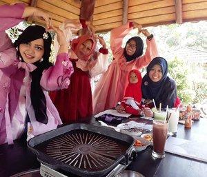 LATEPOST #GAMON : Thursday, August 17th, 2017--- #Lunch in #KoreanCastle hihihi ... 🍛🍜 Yang #dramkorlover and #Kpopper jangan pada baper yaaa... 😂😂😂 Sensei , Kak @meilina_kurniawati , MaFel @dewirahmawati29 dan Mbak Nita ( Mbaknya Kak Mei) @anita.zuli lagi liburan dulu ke istana #DaeJangGeum di #Korea hihihi... - - Theme :#Korean #Royal  Location : @daejanggeum_yk #Yogya Camera: #SamsungJ7Prime - - - - - - - #clozetteid  #modestwear #hijabtraveler #hootd #foodtraveler #hanbok #modesthanbok #hijabhanbok #hijabi #Yogyatrip #VisitYogya