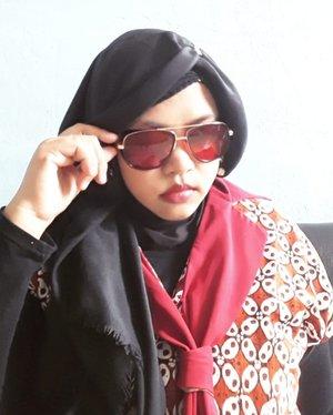 "I am #Ironlady ! 😎💪 How do I look? Seems like #TonyStark in woman version, right? 🤣 Well, ceritanya ""kacamata jengkol"" #HestiSensei yang fenomenal itu akhirnya purnabakti juga. Jatoh dan tamatlah dia... so, Sensei langsung cari #sunglasses  lain lah yaa... karena mata Sensei ga kuat silau. Sensi banget mungkin karena silinder juga.Huntinglah... dan akhirnya ketemulah yaa #KacamataTonyStark aka #IronMan ini 😂🤣 #retrolook gitu dan merah euy!... Sempet terpikir mau ngadoin si Papi @erdin.saef kacamata ini. Secara doski klo berjambang kumis and bewokan dikit lah ya... kasep kayak 11-12  sama Kang Stark ini 😜 (jangan ge-er ya, Pi...) TAPI... mengingat lensanya yg merah takutnya si Papi ga pede. Papi tuh pede tp kayak belum segila gue klo tampil unik dalam gaye 😁 kayaknya sih... So, untuk Papi daku berikan TShirt replika Tony Stark di #IronMan3 . Eeh... pas kemarin Eid temanya merah, ternyata doski seneng juga dengan sunglasses retro ini. Cucok pulak di doski... Hmm.. ntar dah klo Mami dah ada gantinya, yg ini buat Papi yaaa... kirain ga suka hihihi...----#clozetteid#nhkkawaii#marvelstyle#Ironmanstyle#TonyStarkStyle#modestwear#Modestfashion#BatikIndonesia#modestkawaii#kawaiihijab"