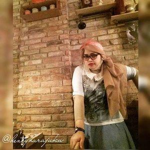 """Monday, Sept 28th, 2015-----🍕🍝🍕 #1950s #Amekaji #Retro #Fashion #Style by #JFashionJumpers --- #Indonesian #Japan #FashionCommunity at @milanpizza #milanpizzeriacafe Margonda - Depok 🍕🍝🍕 Yuhuuu!... hari ini  #heztyharajuku lagi meeting ngomongin next project berkaitan dengan momentum @indonesiafashionweek .Sekalian aja dandan gaya 50's era karena suasana lokasinya yg mendukung. Sayangnya pencahayaannya kurang bagus untuk foto2, jadi banyak foto yg blur/ pecah ---> kudu beli cam pro nih haha! 😄 Referensi gaya 50's yang ok salah satunya ada di film """" #grease """" yang dibintangi John Travolta . Stylenya simple, ga banyak detail. Motif #pleads... #pearls ... kacamata berbingkai tebal ...dan #bandana yg diiket simpulnya di atas kepala merupakan ciri yg paling kuat. Untuk make up, bisa contek gayanya Audrey Hepburn, Liz Taylor dan Marilyn Monroe; bentuk alisnya tegas, red lipstick dan smokey eyes bisa diandalkan untuk gaya Amekaji  Retro 50's 😉 #stylishtraveler 👘👒🌹 #OOTD #modestfashion #coveredstyle #headscarf #scarf #scarfstyle #ClozetteID @clozetteid #instafashion #instabeauty #retrolook #retrostyle #timetraveler"""