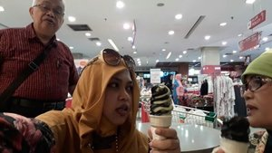 Thu, July 27th, 2017--- 🍧🍨🍦 Lanjut #wiskul bareng Babeh ke #YogyaDeptStore dan menemukan #EsKrimHitam #Koyuki . Busa dimix juga dengan #Matcha / #greentea . Yang hitam itu rasanya #Vanilla tp beda dengan rasa vanilla biasanya. #oishisou !🍧🍨🍦 - - - - - - - #clozetteid #hootd #fashion #style #modestwear #modestfashion #headscarf #velvethat #flowerprint #vintagelook