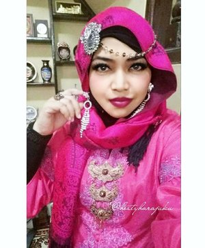 FLASHBACK: January 17th, 2016--- #Fuschia kinda day! 🌹❤🌹 That was my birthday and my baby bro' s engagement. That's why I wore #Betawinese #Kebaya coz my sis in law is Betawinese but still... my headpiece and accessories are seems like India style lolz. ❤😘🌹 #familygathering #engagement #birthday #clozetteID #hootd #modestfashion #modestwear #kebayamodern #hijabfestive #hijabista #headscarf #ootdmodest #stylecovered